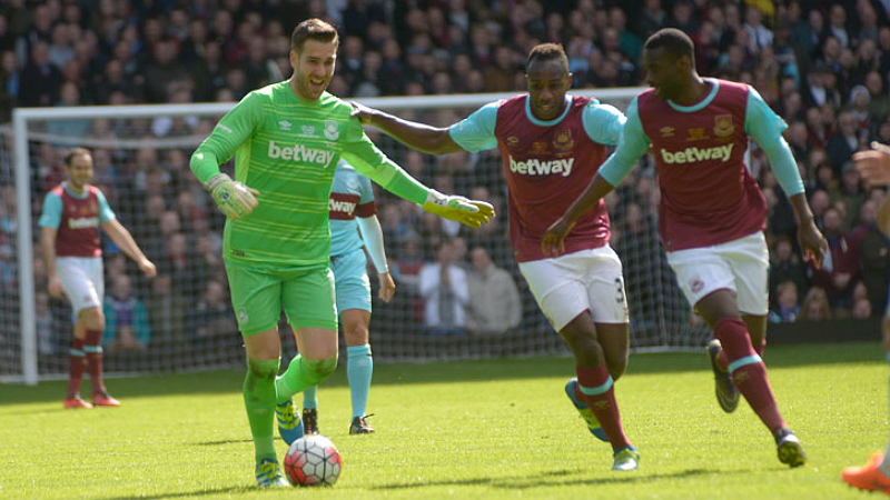 Homenagem do West Ham a Noble teve gol inusitado do goleiro Adrián e  bicicleta de Dean Ashton 7125ff5989768
