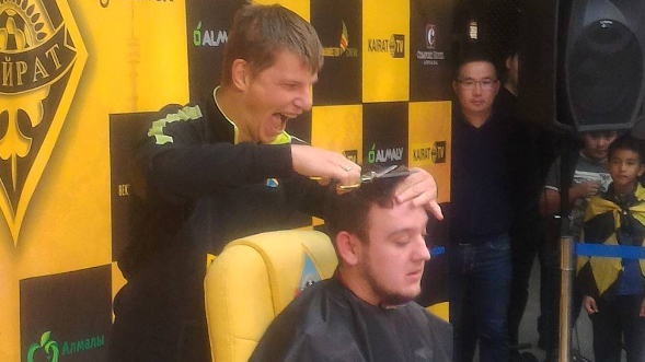 Jornalista prometeu raspar a cabeça se Arshavin marcasse sete gols no Kairat. E ele marcou