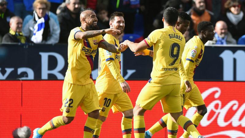 Vidal, Messi e Suárez comemoram gol do Barcelona (Getty Images)