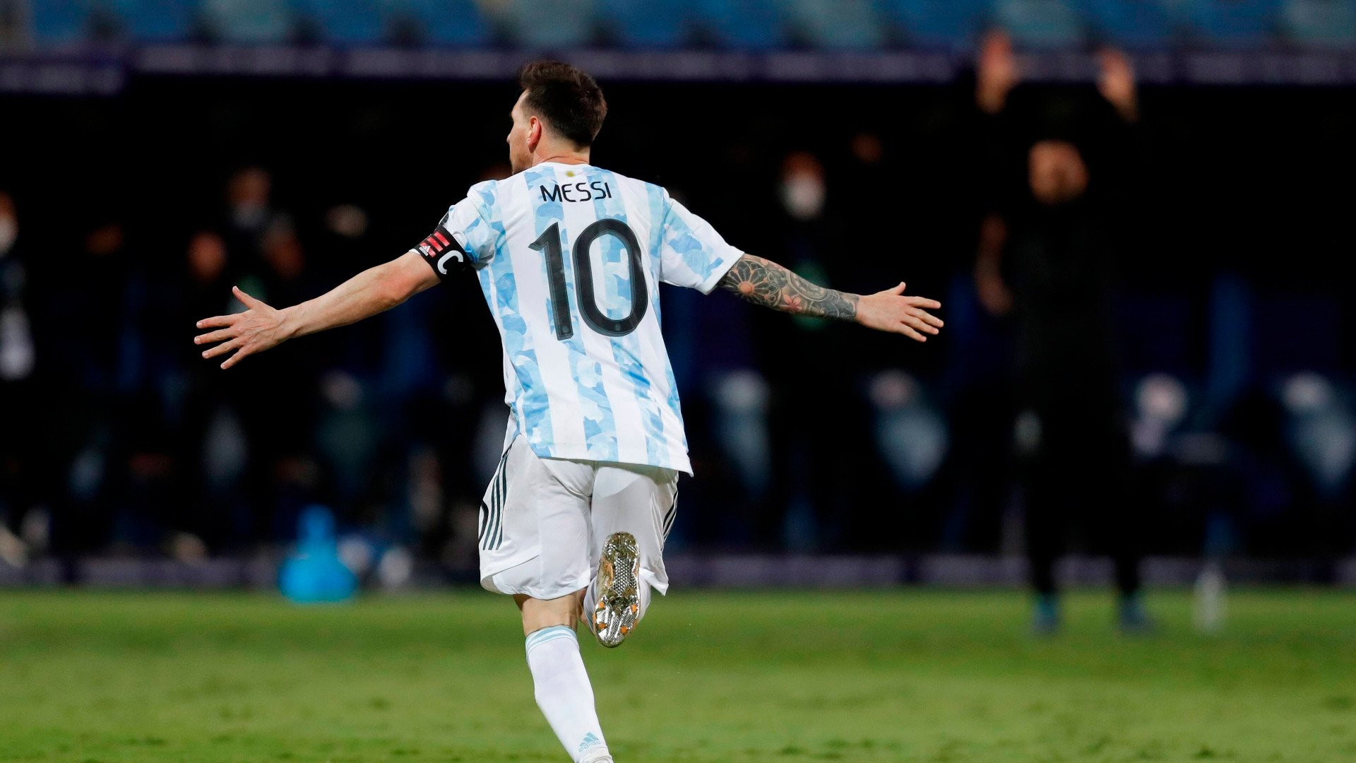 Messi segue liderando a Argentina, que venceu o Equador com certo suor e  avançou às semifinais